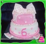 עוגת קומות עם סרט מתנה