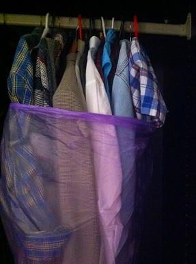 אריזת בגדים על קולבים