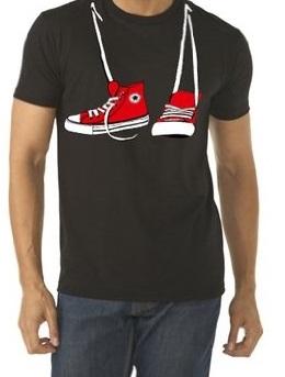 חולצה שחורה עם נעליים אדומות