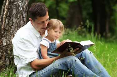 אבא מקריא לילדה סיפור