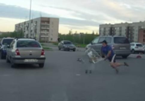 נער נוהג על עגלה של סופר