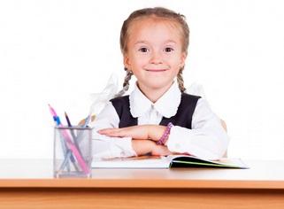 ילדה מכינה שיעורי בית