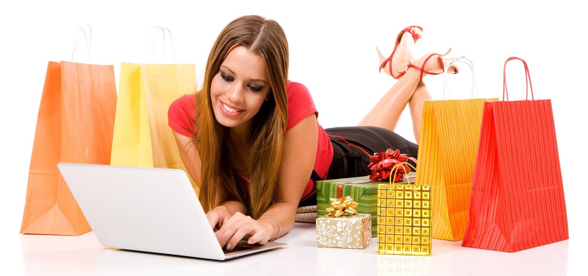 תמונת אשה עם קניות של מתנות
