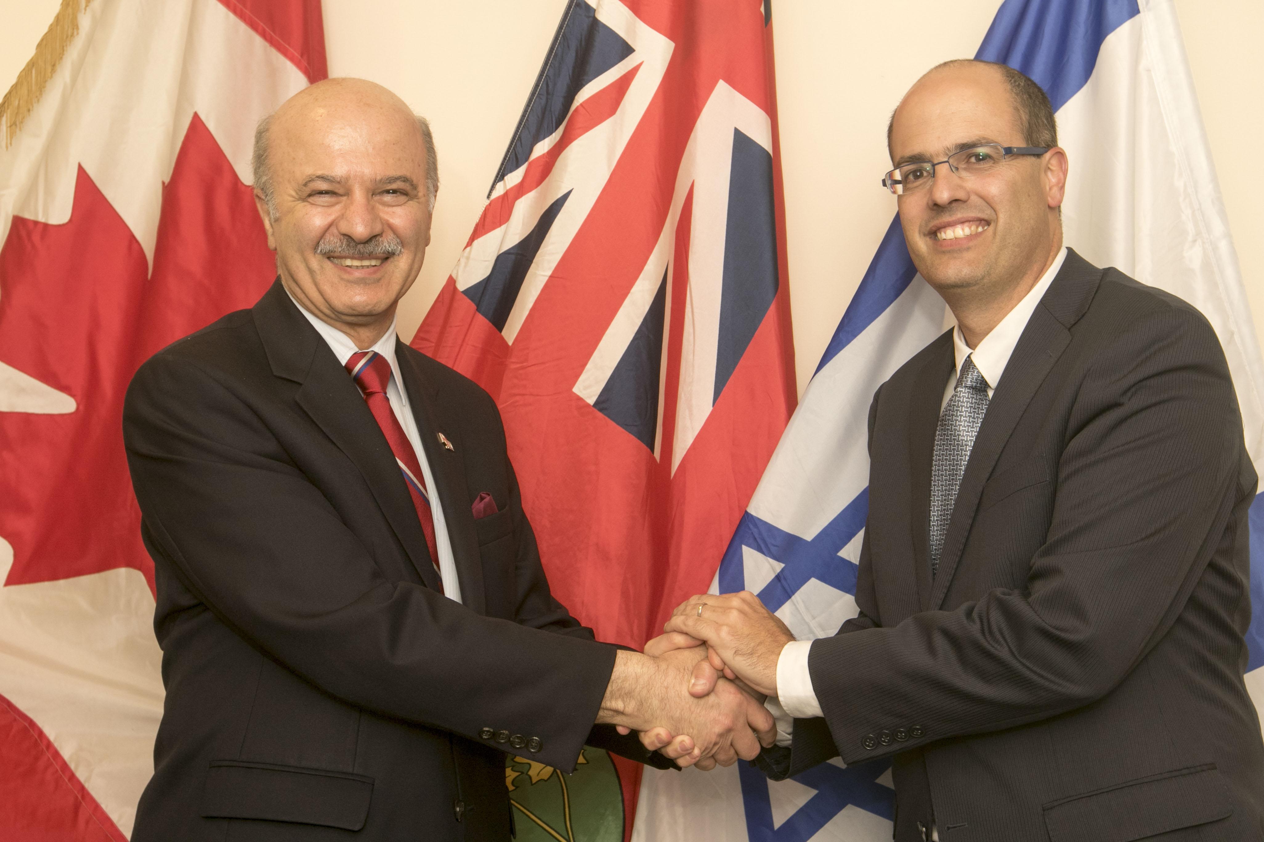 המדען הראשי עם הנציג הקנדי