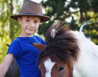 רכיבה טיפולית על סוסים - ילד וסוס