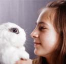הכשרת מטפלים בעזרת בעלי חיים - ילדה מחזיקה ארנבון