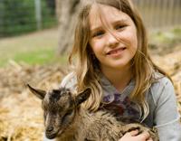 טיפול בעזרת בעלי חיים - ילדה עם גדי