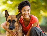 כלבנות טיפולית - בחורה מחזיקה כלב
