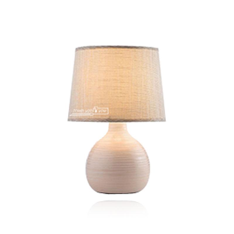 מנורת בצבע קרם לשידה